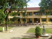 Thầy và trò trường TH Nguyễn Thái Húy trong buổi lao động để chuẩn bị cho năm học mới